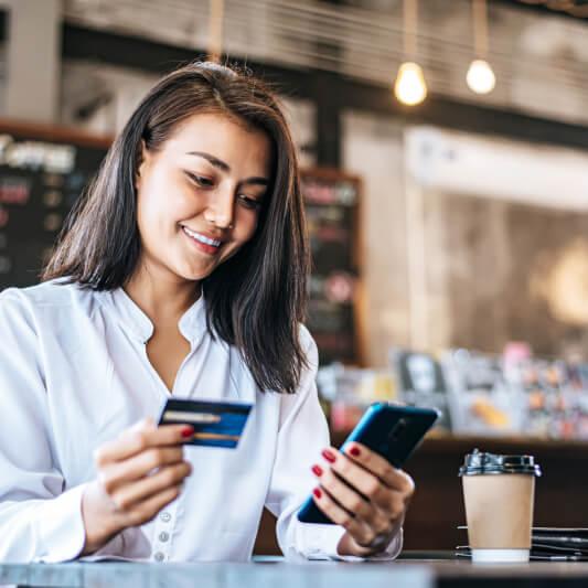 cliente pagando compra com app pixcred