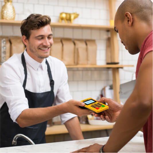 cliente pagando compra na maquininha pixcred